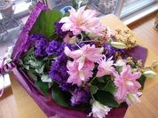 八重のユリとトルコの花束