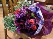 紫スカビ赤チューリップの花束